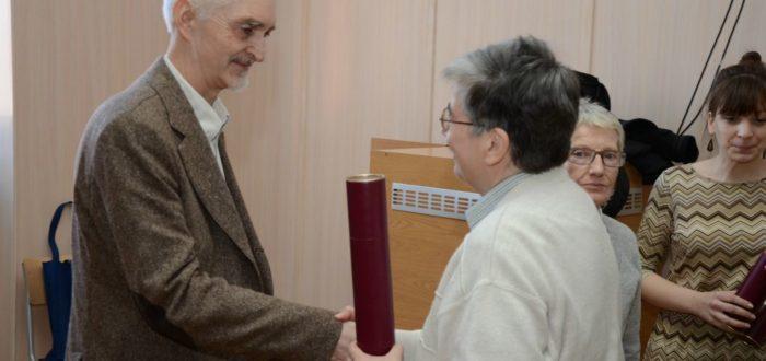 Ксенија Кончаревић уручује награду