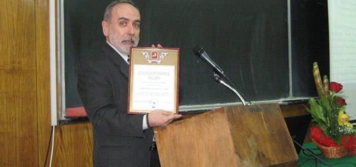12 января 2012 г. Открытие встречи: П. Буняк принимает грамоту Славистическому обществу из рук Ю. А. Горячева